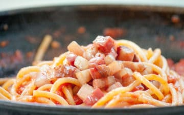 Bucatini all'Amatriciana, i sapori rurali si fanno pietanza
