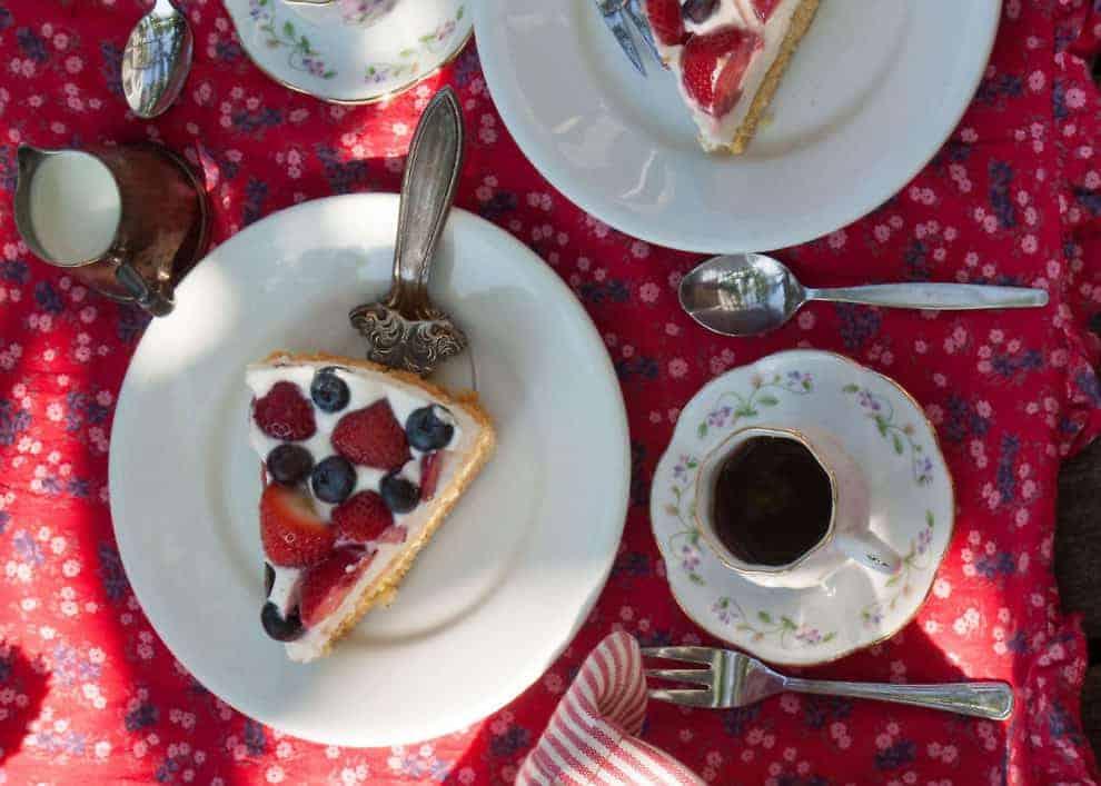 Ricotta Kuchen mit Beeren und Biskuit