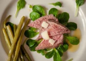 Roastbeef vom Kalb mit jungem Radicchio und Parmesan