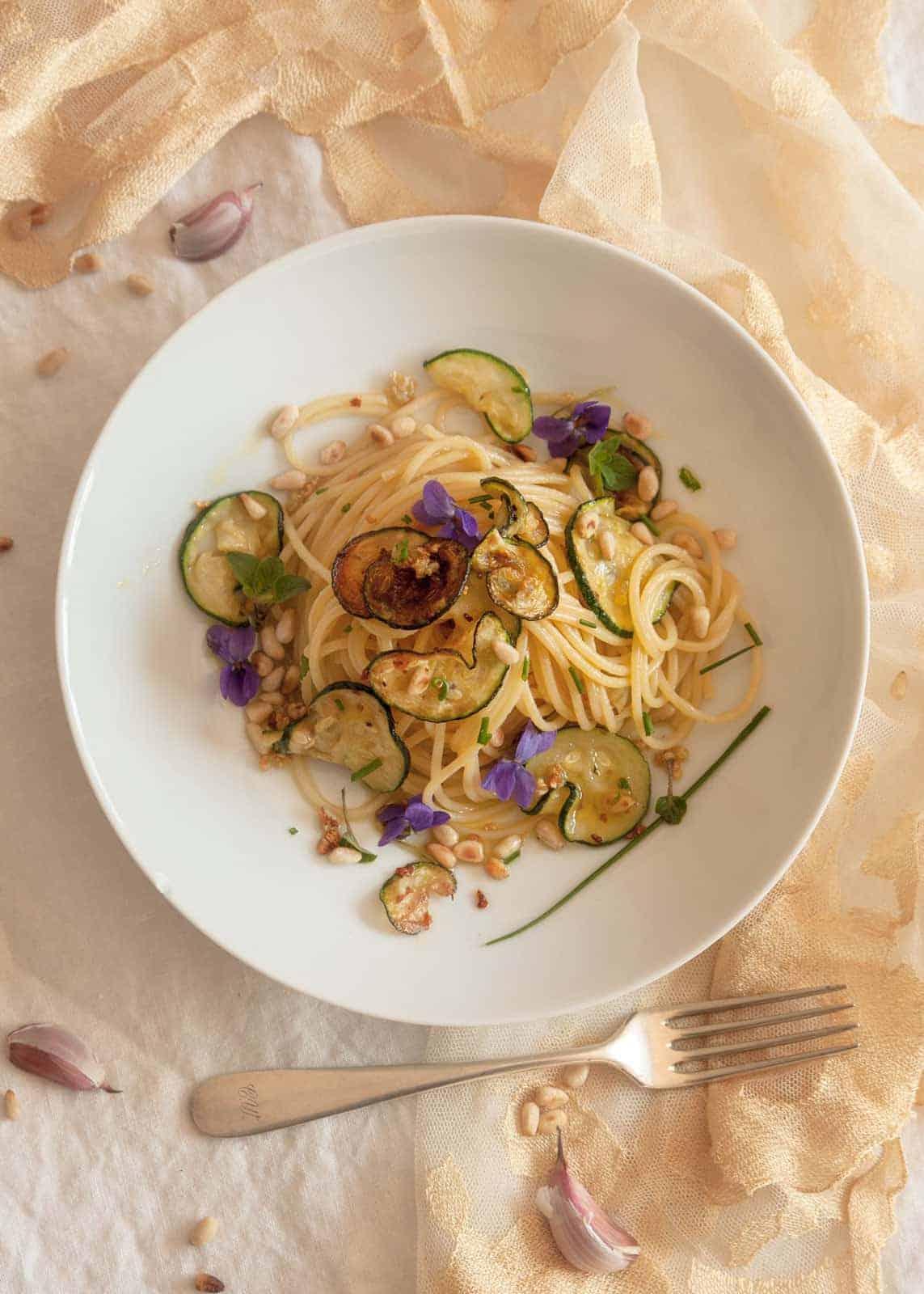 Zucchini Spaghetti mit Pinienkernen