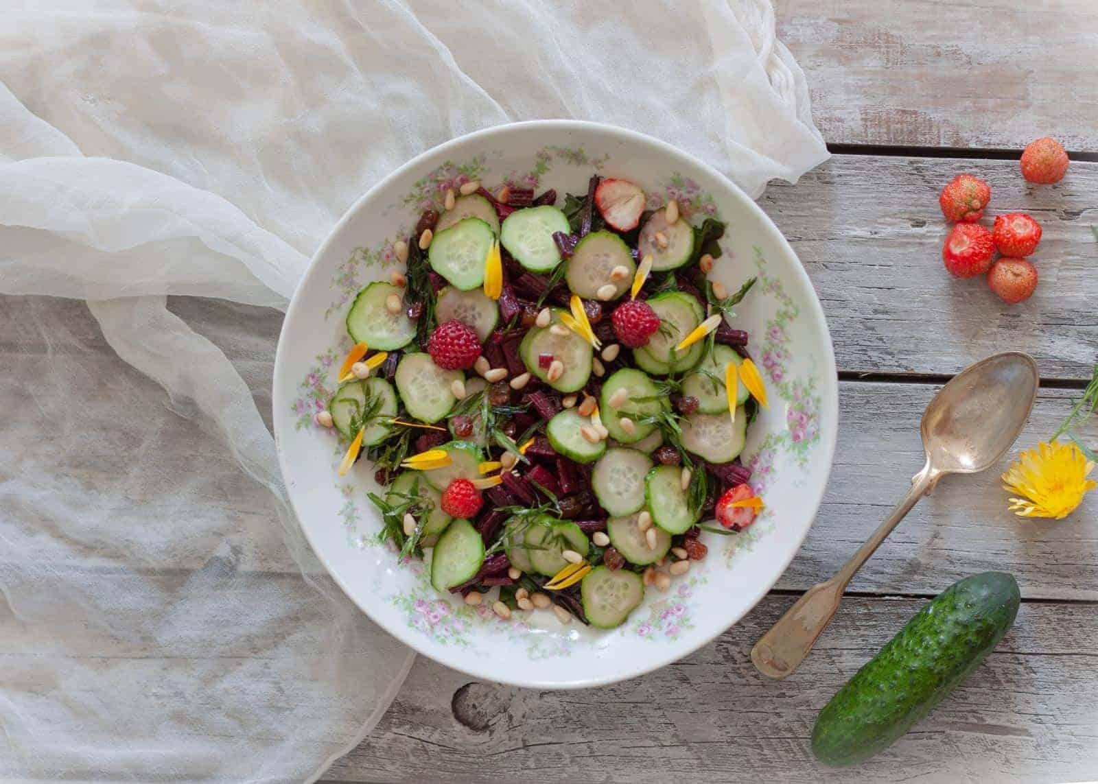 insalata di foglie e gambi di barbabietola