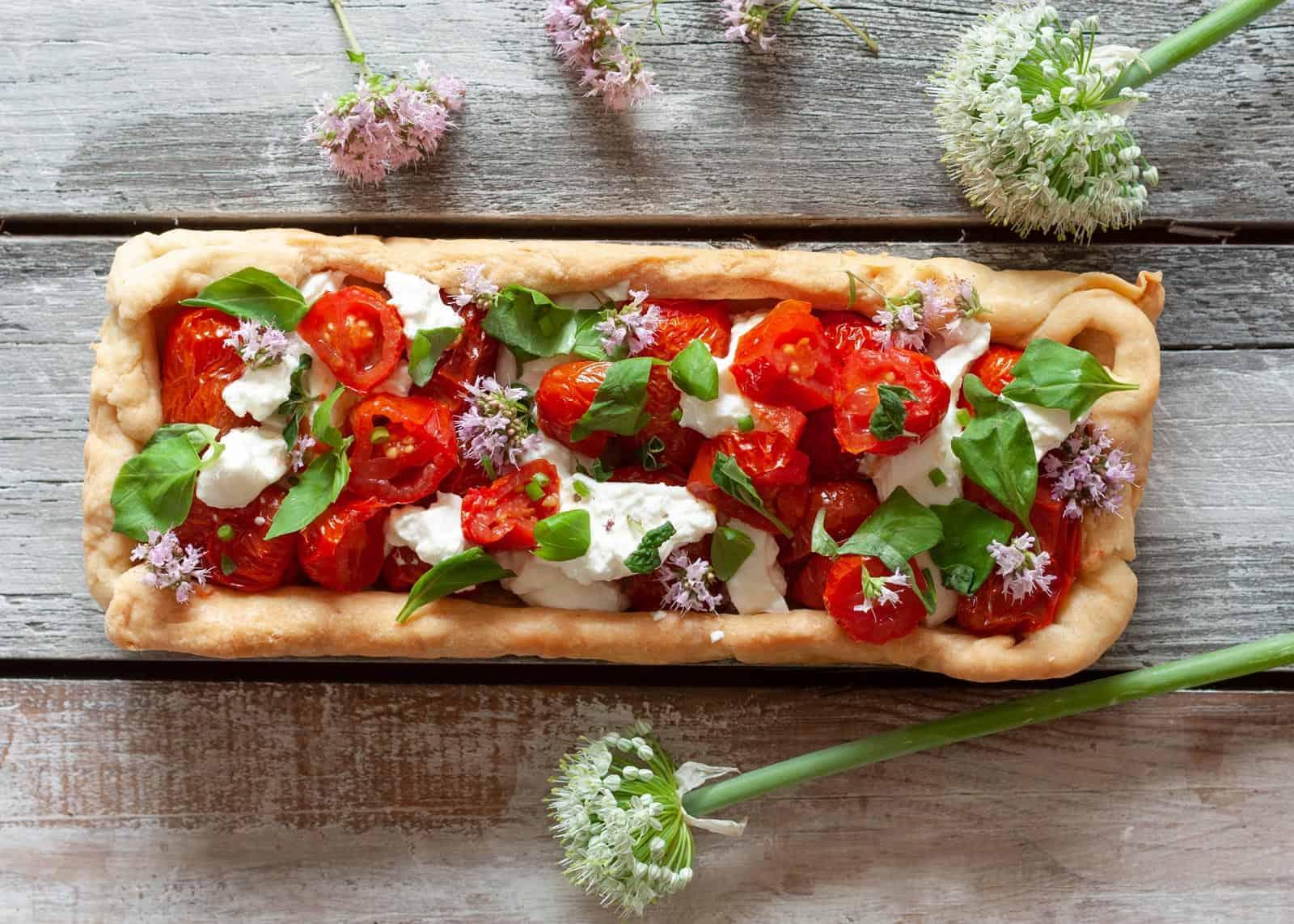 Mozzarella di bufala e pomodorini su torta salata