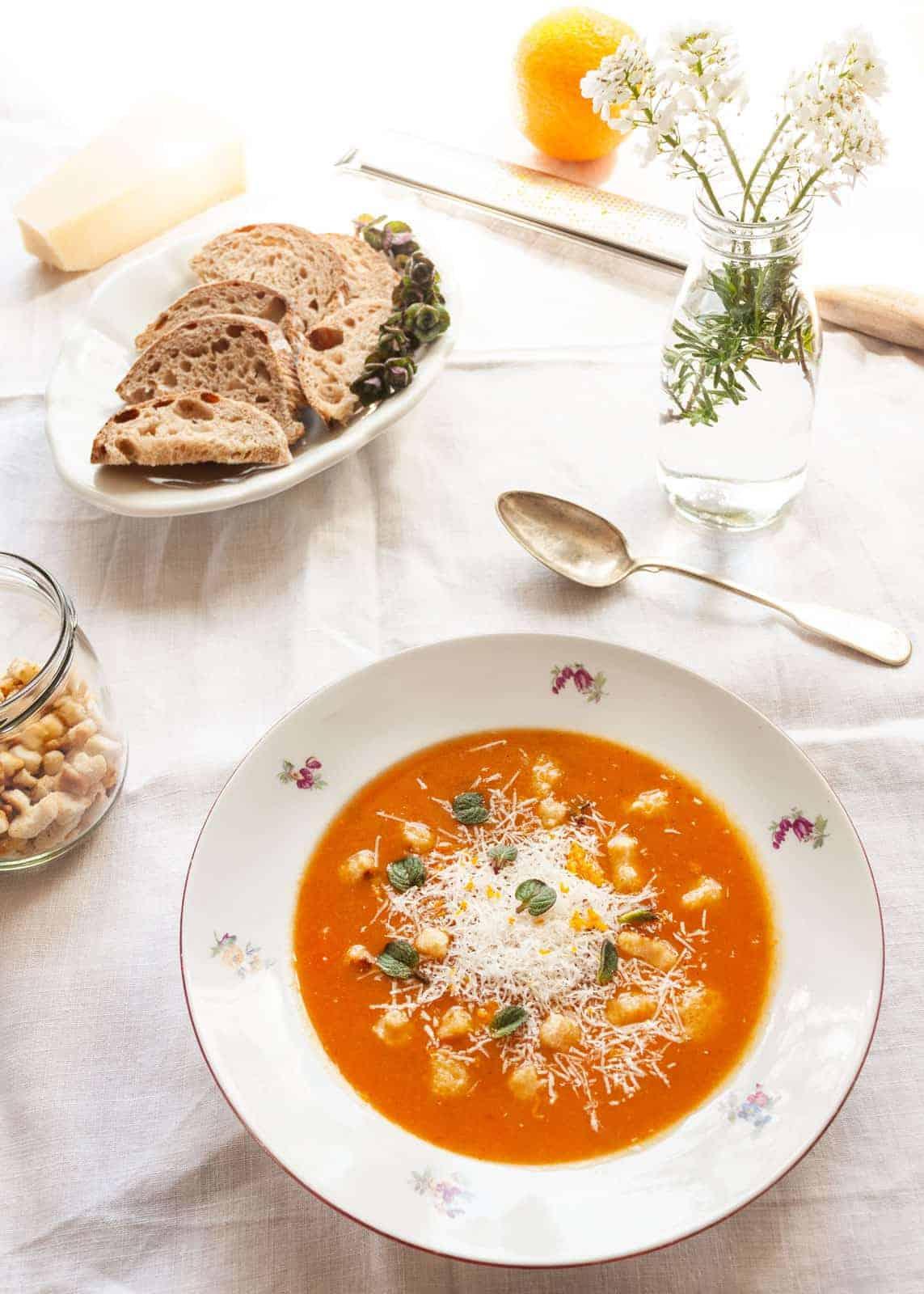 Cremige Karottensuppe mit Orangen und Minze