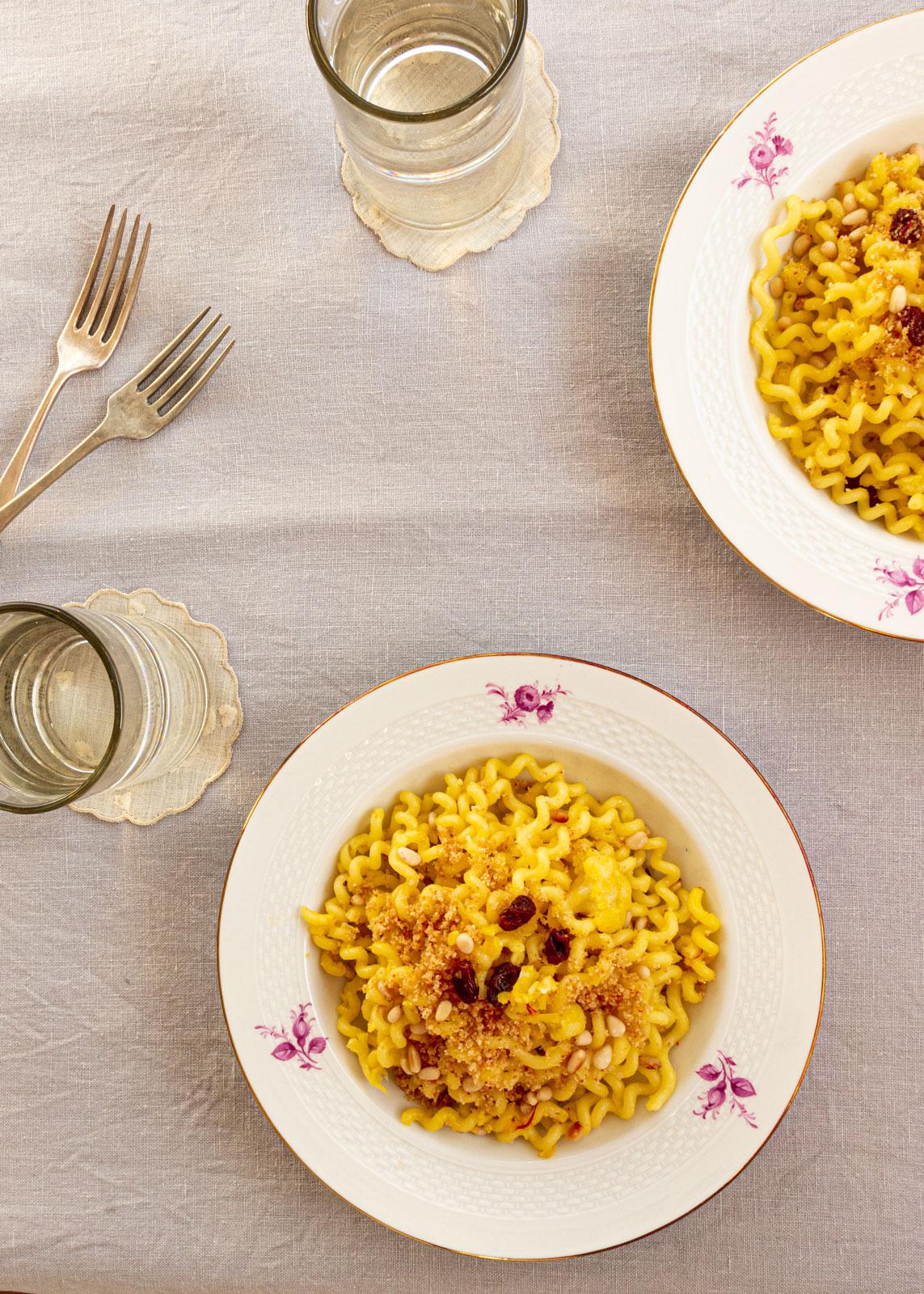 Blumenkohl Pasta alla palermitana mit Safran und rosinen